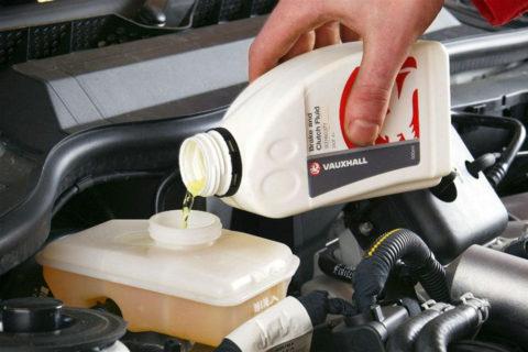 Většina řidičů neprovádí výměnu brzdové kapaliny v předepsaných intervalech a riskuje nehodu